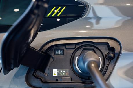 Selon une récente étude de BloombergNEF, les berlines et SUV 100% électriques seront moins chers que les véhicules essence d'ici cinq ans. (Photo: Matic Zorman/Maison Moderne)