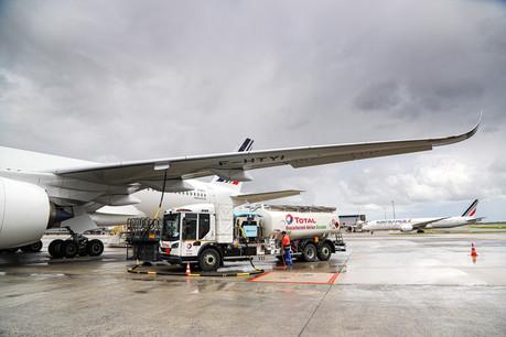 La fourniture en carburant de l'AirbusA350 qui a réalisé le vol a été effectuée au moyen du premier camion avitailleur 100% électrique. (Photo: A. Gaulupeau/Groupe ADP)