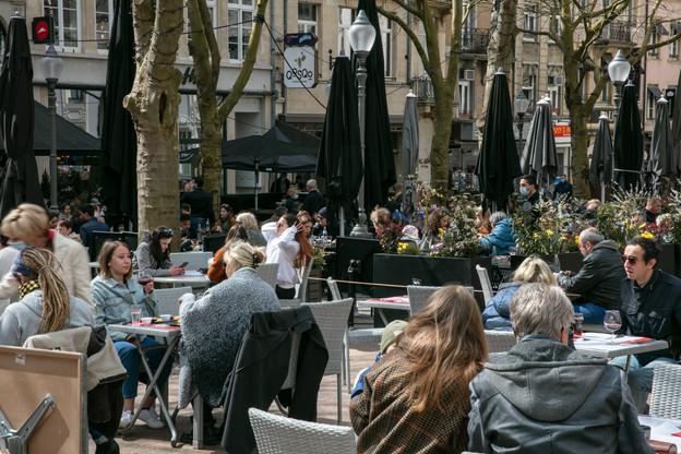 Les tables des bars, cafés et restaurants pourront désormais accueillir jusqu'à quatre personnes, et ce jusqu'à 22h (contre des tables de 2 jusqu'à 18h auparavant). Et cette ouverture, si elle était déjà possible en extérieur, est désormais valable à l'intérieur de l'établissement. (Photo: Romain Gamba/Maison Moderne/Archives)
