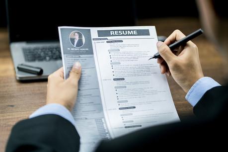 La rédaction de Paperjam vous propose de faire analyser votre CV par un DRH dans notre prochain supplément Ressources humaines & Carrières qui paraîtra en juin prochain et sur Paperjam.lu. (Photo: Shutterstock)