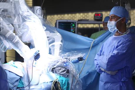 À trois reprises, des équipes chirurgicales ont revendiqué la première opération à distance, permise par la 5G. Bras croisés, un chirurgien «de secours» regarde les robots appliquer les consignes à distance. Une tendance lancée en 2001 entre les États-Unis et Strasbourg. (Photo: Shutterstock)