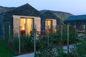 Composées d'une chambre, d'une petite salle de bains moderne et d'une terrasse privée donnant sur un jardinet individuel, les maisonnettes s'intègrent magnifiquement dans ce décor de vignes. ((Photo: WeinKulturgut))