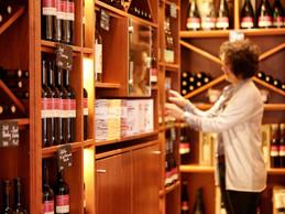 La «vinothek» propose un grand nombre de vins.                 ((Photo: WeinKulturgut))