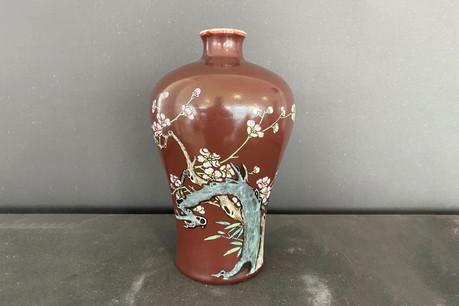Il s'agit d'un vase de 22cm de haut, de forme Meiping sur fond rubis et à décor de fleurs datant du règne de l'empereur Qianlong. (Photo: Goldfield Auction).