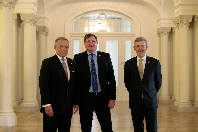 Yves Maas, entre Guy Hoffmann, le président de l'ABBL, et Serge de Cillia, ex-CEO, lors de l'adhésion de la fédération aux principes de la finance soutenable des Nations unies, en juillet 2019. (Photo: Matic Zorman/Archives Maison Moderne)